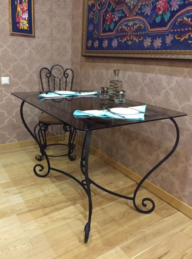 друзьями отмечает кованый столик фото обеденный картинки